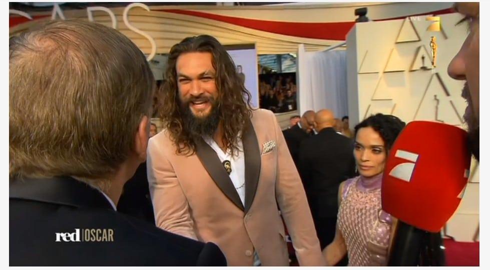 Selveste Mr. Aquaman ankommer Oscar utdelingen.