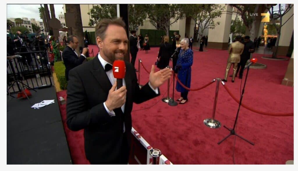 Det er lang avstand mellom reportere og stjernene på det røde teppet!